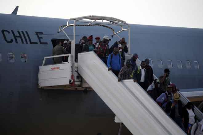 Warga Haiti turun dari sebuah pesawat Tentera Udara Chile selepas mereka pulang dari Chile, ketika mereka tiba di Lapangan Terbang Antarabangsa Port-au-Prince, Haiti, kelmarin. — Gambar Reuters