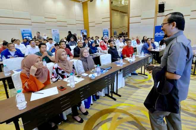 Norhalim bersama para perserta Persidangan MTDC Reunite II 2018 bertemakan 'Unconference - Industry 4.0 and Robotics' di Putrajaya, semalam. — Gambar Bernama