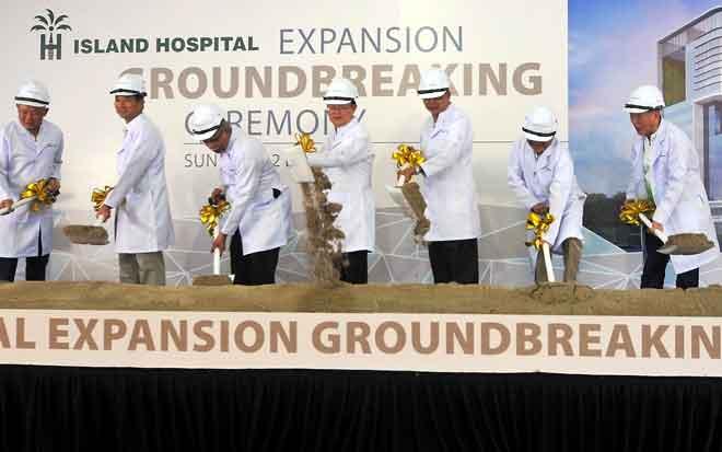 Chow (tengah) pada gimik pelancaran Majlis Pecah Tanah Pengembangan Island Hospital semalam. — Gambar Bernama