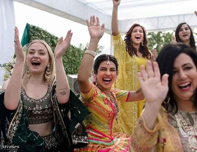 Gambar-gambar yang dikeluarkan oleh Raindrop Media pada 1 Disember 2018 ini menunjukkan Priyanka dan Nick semasa acara 'mehndi' perkahwinan mereka di istana Umaid Bhawan, Jodhpur. — Gambar AFP / Raindrop Media