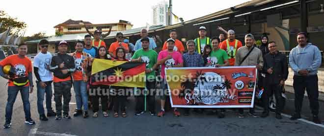 Saiful (enam kanan) dan sebahagian peserta konvoi merakam gambar kenangan bersama Dr Annuar (lima kanan) sebelum berlepas ke Pantai Belawai.