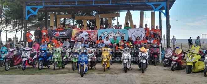 Para peserta merakam gambar kenangan bersama jentera skuter masing-masing.