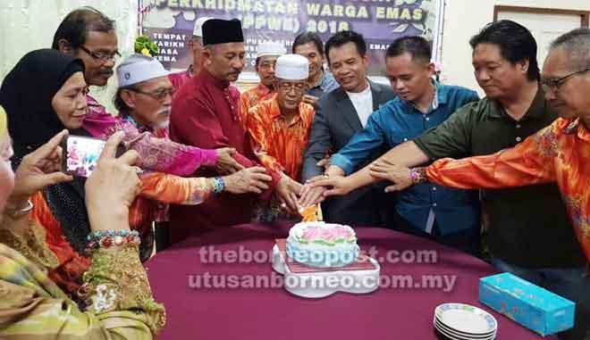 Abang Masleh bersama Azman, Pengiran Daud, Taddy (tengah) dan yang lain memotong kek simbolik perasmian Majlis Makan Malam Hari Keluarga PPWE Bintulu.