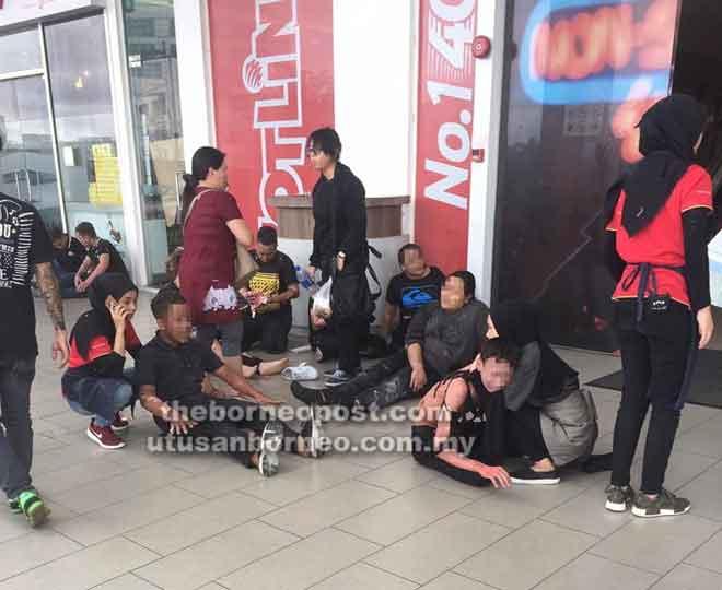 Kesemua mangsa yang diselamatkan orang awam dikumpulkan di luar pusat beli-belah tersebut.