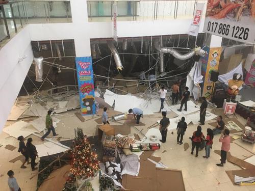 Keadaan sekitar pusat beli-belah selepas insiden letupan petang semalam.