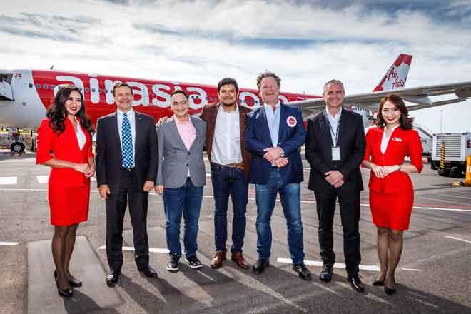 (Dari kiri) Pesuruhjaya Tinggi Australia Andrew Goledzinowski AM, Ketua Pegawai Eksekutif Kumpulan AirAsia X Nadda Buranasiri, Ketua Pegawai Eksekutif AirAsia X Malaysia Benyamin Ismail, Pengerusi Eksekutif Lapangan Terbang Linfox David Fox dan Ketua Pegawai Eksekutif Lapangan Terbang Avalon Justin Giddings merakam gambar bersama.
