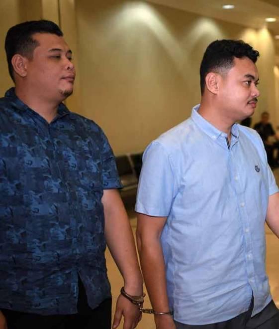 Muhmmad Rezal (kanan) bersama adik Muhammad Aminruddin yang bekerja sebagai guru dihadapkan ke Mahkamah Sesyen semalam atas tuduhan memeras ugut pemilik bot nelayan pada Oktober lalu. — Gambar Bernama