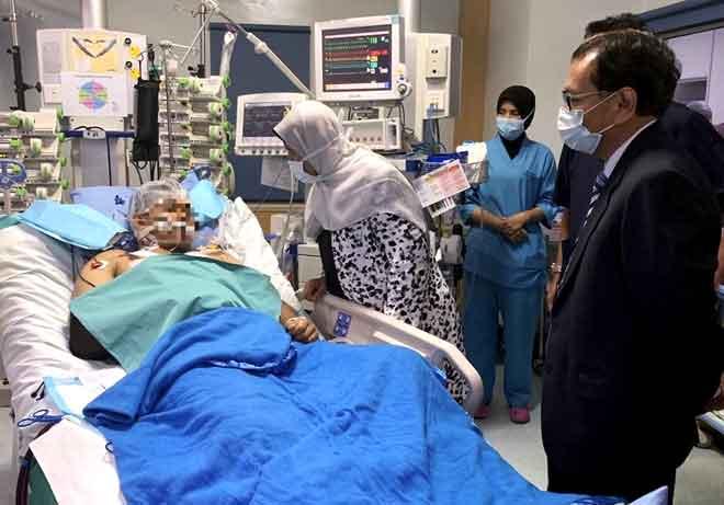 Zuraida menziarahi anggota Jabatan Bomba dan Penyelamat Malaysia dari Unit Bantuan Perkhidmatan Kecemasan (EMRS) Balai Bomba dan Penyelamat Subang Jaya Muhammad Adib Mohd Kassim yang dirawat di Institut Jantung Negara semalam. — Gambar Bernama