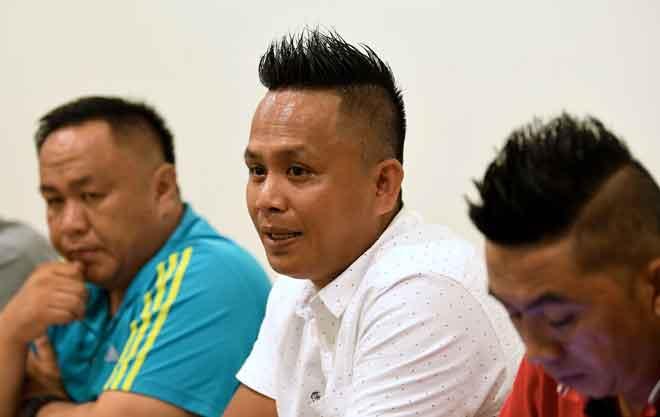 Jackson (tengah) semalam mengumumkan keluar parti UPKO bersama 22 anggota Ahli Jawatankuasa UPKO Ranau pada sidang media di Kota Kinabalu. — Gambar Bernama
