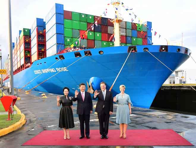Xi (dua kiri) dan Varela melambai ke arah wartawan sambil diapit oleh isteri masing-masing Peng Liyuan (kiri) dan Lorena Castillo (kanan) di hadapan kapal kontena Chinese Cosco Shipping Rose di Cocoli yang baharu dirasmikan di Terusan Panama pada 3 Disember lepas. — Gambar AFP