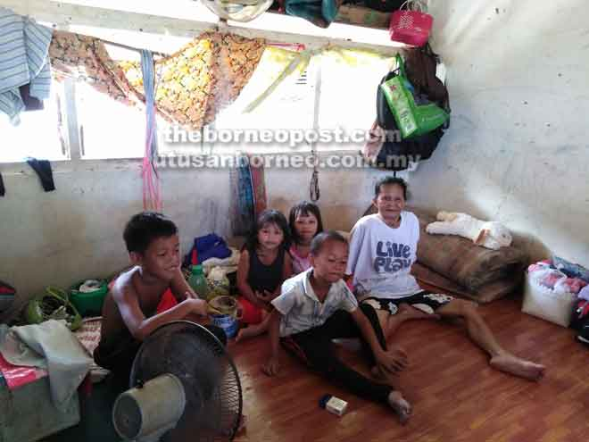 Roselin (kanan) bersama cucu dan anak Penan lain berehat di Rumah Temuai, Batu Biah, Limbang.