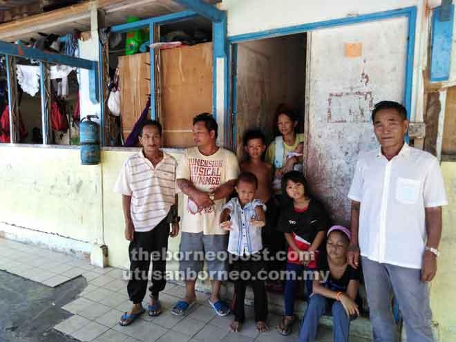 Masyarakat Penan menghuni sementara Rumah Temuai, Limbang.