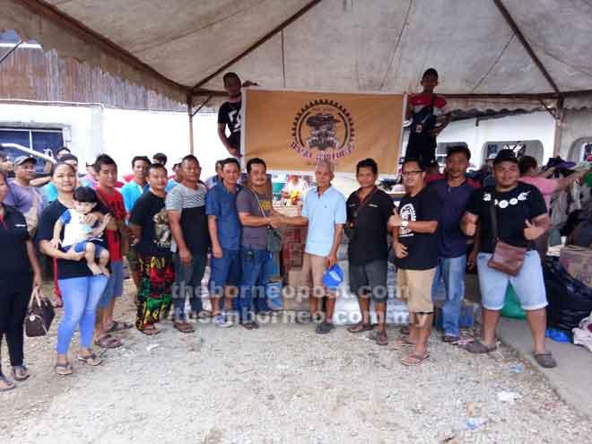 Diesel Brothers 4X4 Adventure Club menghulurkan sumbangan kepada mangsa kebakaran di Rumah Usek Sumpit di Sungai Keriok, Niah.