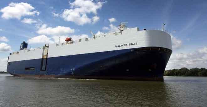 Kapal MV Malaysia Brave yang tiba di pelabuhan Bintulu kelmarin.