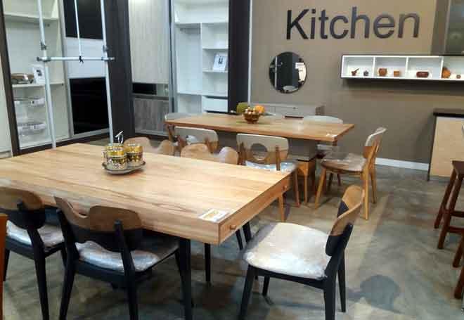Antara set meja makan menarik yang boleh didapati di Standard Kitchen.