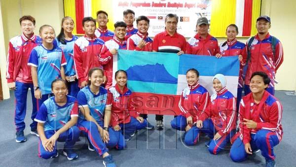 SKUAD trek dan balapan negeri Sabah bersama Pengarah Majlis Sukan Negeri Sabah Terrance Pudin (empat dari kanan) dan Ali (tiga dari kanan), berikrar melakukan yang terbaik di Sukan Persahabatan Ke-10 BIMPNT- EAGA di Brunei.