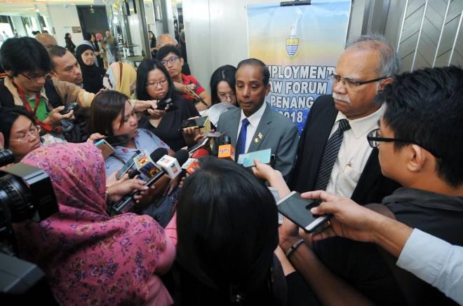 Kula Segaran menjawab pertanyaan media selepas Forum Undang-Undang Pekerjaan 2018, di George Town, hari ini. - Gambar Bernama