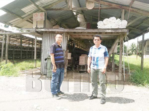 DUA pegawai JPH Sabah memeriksa pusat ternakan ayam.