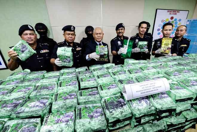Mohmad Salleh  (tengah) menunjukkan pelbagai jenis dadah yang dirampas, pada sidang media  di Ibu pejabat Polis Daerah (IPD) Kampar, Kampar, semalam. — Gambar Bernama