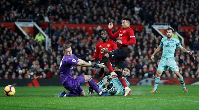 Lindgard (tengah) menjaringkang gol penyamaan buat United pada perlawanan liga menentang Arsenal di Stadium Emirates, London Rabu lepas. — Gambar AFP