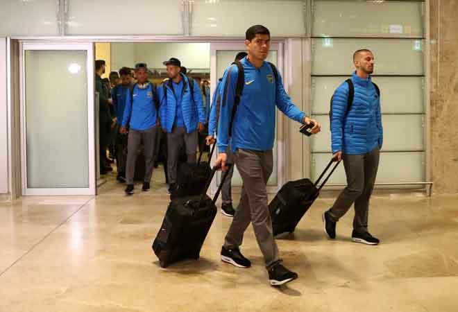 Pasukan Boca Juniors tiba di Lapangan Terbang Adolfo Suarez Madrid Barajas di Madrid, Sepanyol kelmarin. — Gambar Reuters