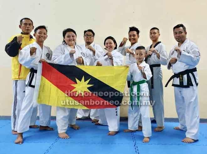 Sebahagian daripada pasukan SGTA yang akan bertanding di Beaufort, Sabah. Turut kelihatan ialah Zaini (kiri), Shafizza (tiga kiri) dan Hidayat (kanan).