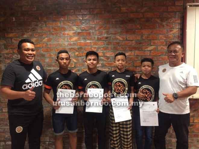 (Dari kanan) Hazry bersama Ahmad Daniel, Muhammad Asyraf, Muhammad Aniq, Wan Deniel dan Penyelaras Daerah NFDP Sarawak Zanawi Zen semasa Majlis Penyerahan Surat Tawaran ke Akademi Bola Sepak Gambang dan Sekolah Sukan Ibrahim Fikri.