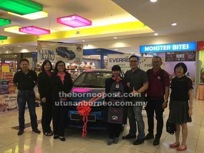 Ng memegang replika kunci kereta pada penyampaian hadiah Peraduan Beli dan Menang Wipro Unza di pasar raya Everrise Batu 4, semalam. Turut kelihatan (dari kiri) Bobby Ho, June, Lau, Alan dan Chin.