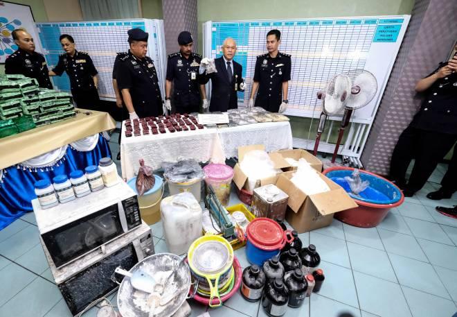 Mohmad Salleh (dua, kanan) menunjukkan pelbagai jenis dadah dan peralatan yang dirampas, pada sidang media di Ibu pejabat Polis Daerah (IPD) Kampar, hari ini. - Gambar Bernama