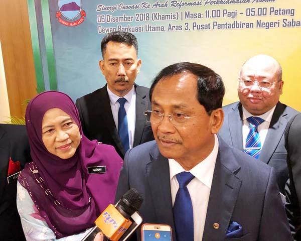 JAUJAN (kanan) ketika ditemui pemberita selepas menyampaikan kertas kerja pada Persidangan Hari Perkhidmatan Awam Negeri 2018 pada Khamis. Turut kelihatan Hashim dan Masnah.