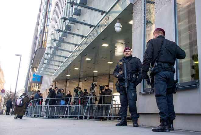 Polis Austria berkawal di pintu masuk ke Ibu Pejabat OPEC di Vienna, kelmarin. — Gambar AFP