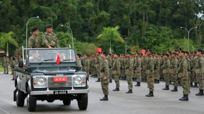 Zamrose (dua kiri) memeriksa perbarisan sempena Upacara Perbarisan Perintah Ulung Panglima Medan Timur Tentera Darat.