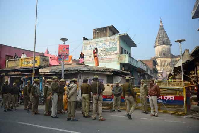 Anggota pasukan keselamatan India berkawal di jalan raya pada ulang tahun ke-26 kemusnahan masjid Babri                    di Ayodhya semalam. — Gambar AFP