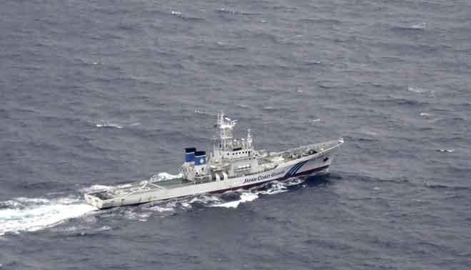 Gambar dari udara diambil oleh agensi berita Kyodo semalam menunjukkan                 kapal Pengawal Pantai Jepun berlayar di kawasan di mana dua pesawat tentera AS dilaporkan terhempas dekat pantai wilayah Kochi, Jepun. — Gambar Reuters
