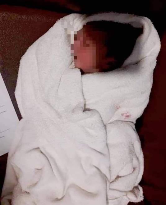 Keadaab bayi lelaki yang dijumpai di pasar raya - Gambar media sosial