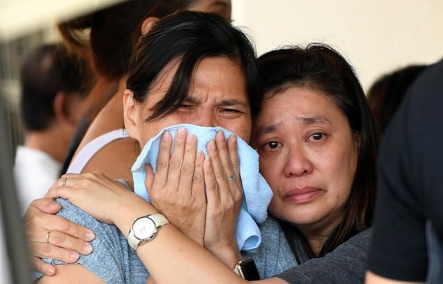 Anggota keluarga mendiang Chin tidak dapat menahan kesedihan semasa hadir upacara pembakaran jasad mendiang di Tanah Perkuburan Cina di Berapit hari ini. - Gambar Bernama