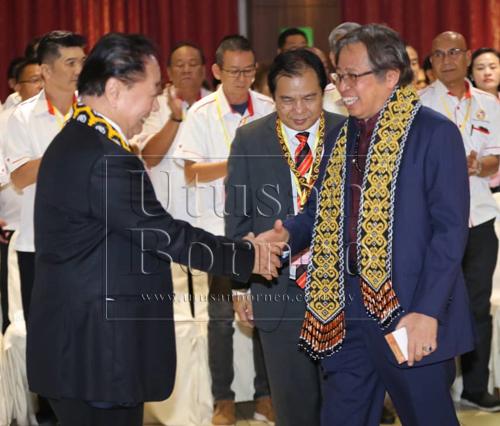 Abang Johari (kanan) betabi jari enggau Wong rambau bejadi EDC UPP di Kuching sehari tu. Bela dipeda Dr Jerip (tengah).