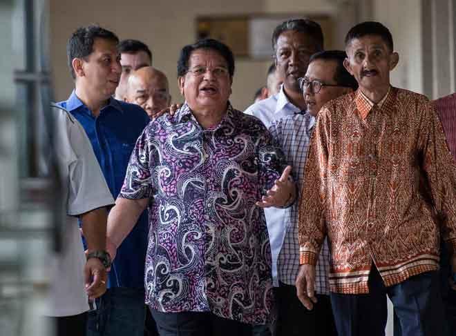 Tengku Adnan hadir di Mahkamah Sesyen semalam bagi mendengar sebutan semula kes rasuah berhubung kelulusan permohonan sebuah syarikat untuk menaikkan ratio berkaitan pembangunan di Jalan Semarak Kuala Lumpur pada 2013. —  Gambar Bernama