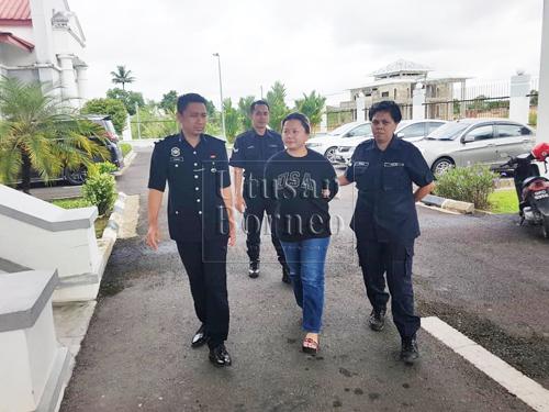 Lenny dibawa ke Mahkamah Majistret Sarikei bagi menghadapi 15 pertuduhan kes penipuan pakej pelancongan luar negara hari ini.