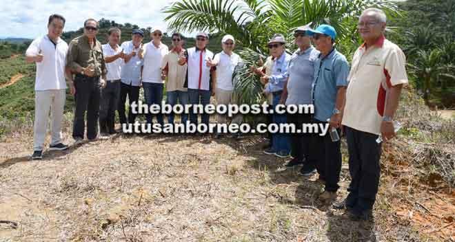 Dr Rundi (tujuh kiri), Abdul Hamed (lapan kiri), Wong (lima kiri) serta yang lain ketika melawat ladang di Ulu Sebauh, Bintulu.