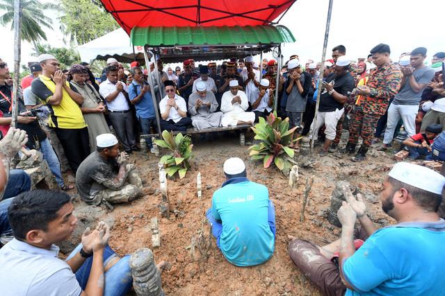 Bacaan talkin diperdengarkan sejurus selesai upacara pengkebumian Allahyarham Muhammad Adib di Tanah Perkuburan Islam Masjid As-Saadah, Kampung Tebengau, Kuala Kedah hari ini. - Gambar Bernama