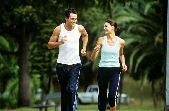 Melakukan hobi yang disukai pasangan bersama-sama merupakan kaedah yang baik untuk anda dan pasangan meluangkan masa bersama. — Gambar hiasan