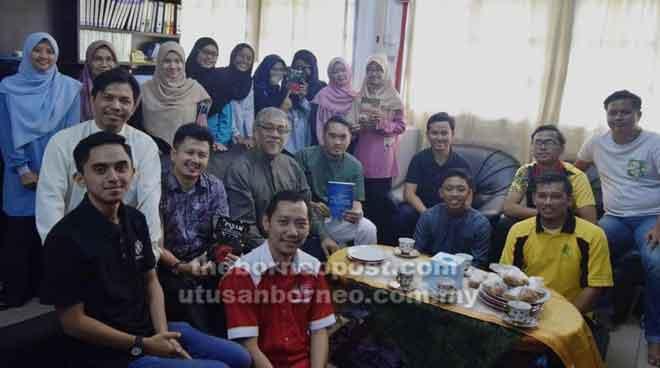 Ahli ABIM Negeri Sarawak merakamkan gambar kenangan bersama Dr Mohd Arip pada program Jerayawara Syarahan Pengukuhan Akidah menerusi Penghayatan Sains dan Al-Quran di Kuching, baru-baru ini.