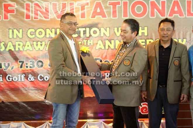 Soedirman (kiri) menerima cenderamata daripada Pengerusi Perbadanan Pembangunan Ekonomi Sarawak (SEDC) Tan Sri Datuk Amar Abdul Aziz Husain (tengah) dan disaksikan oleh Roslan semasa majlis yang diadakan di DGCC, baru-baru ini.