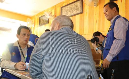 Pegawai penguat kuasa Jabatan Tenaga Kerja Sarawak mendapatkan butiran daripada majikan.