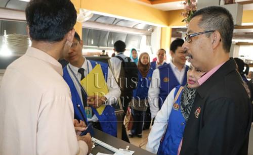 Raduan (kanan) menemu ramah seorang pekerja asing yang bekerja di sebuah restoran di sini.