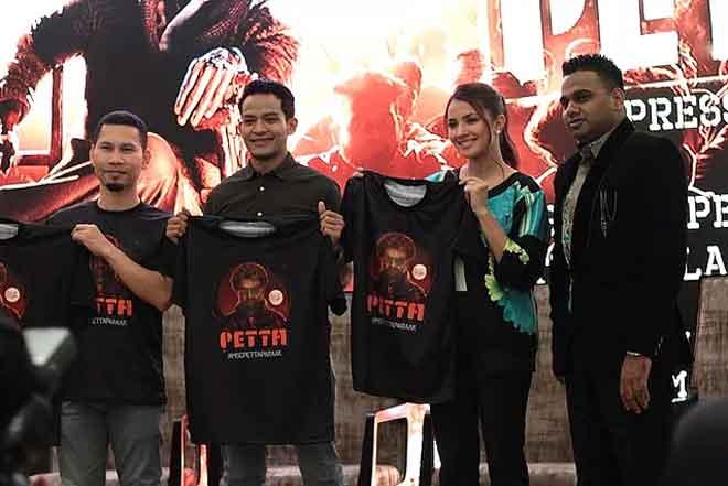 Abdul Malik (kanan) bersama Azwan (kiri) dan Mu'adz (dua dari kiri) pada pelancaran album tersebut di Kuala Lumpur, baru-baru ini. Turut hadir pelakon Fazura (dua kanan).