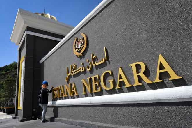Seorang pekerja melakukan kerja pembaikan di pekarangan Istana Negara dekat Kuala Lumpur  sewaktu tinjauan Mesyuarat Majlis Raja-Raja selepas peletakan Jawatan Yang di-Pertuan Agong. — Gambar Bernama