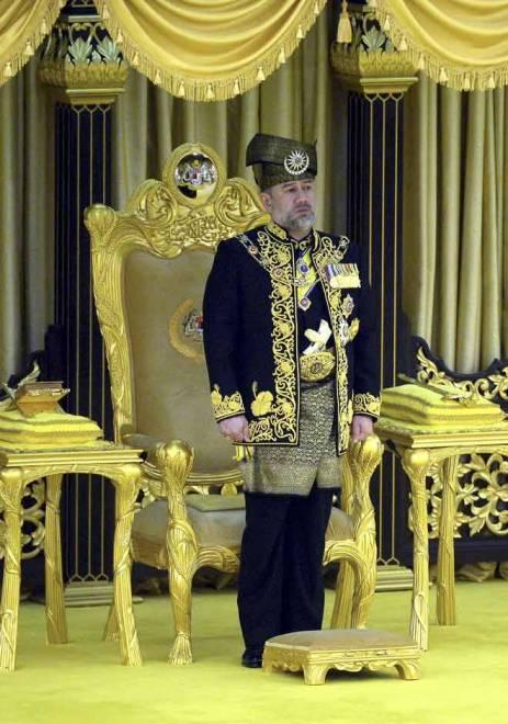 Yang di-Pertuan Agong Sultan Muhammad V ketika Istiadat Pertabalan Yang di-Pertuan Agong Ke-XV di Istana Negara pada 24 April 2017. — Gambar Bernama