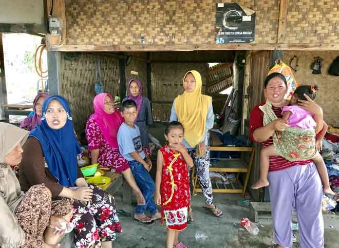 Segelintir mangsa tsunami Selat Sunda berkumpul di posko sementara menunggu bantuan kemanusiaan yang dibawa oleh pihak sukarelawan. — Gambar Bernama